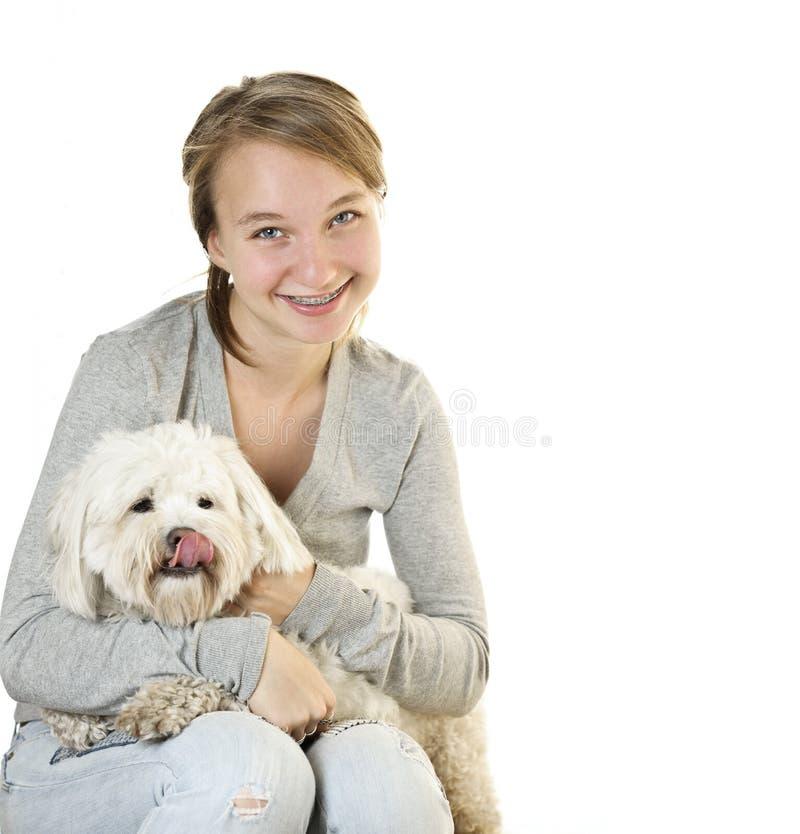 Ragazza teenager con il cane sveglio fotografia stock