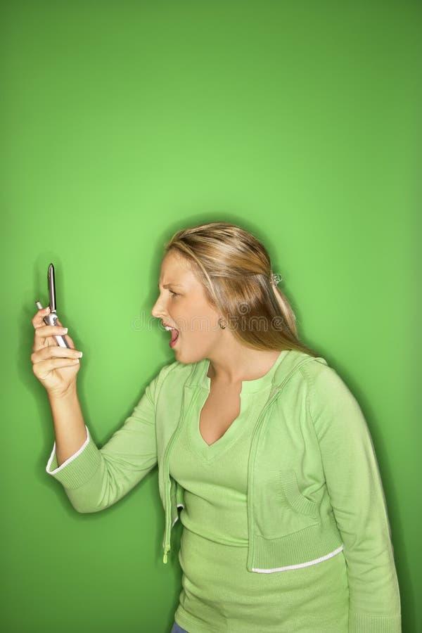 Ragazza teenager con il cellulare. immagine stock