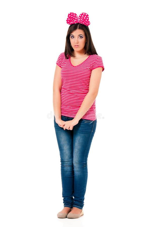 Ragazza teenager con l'arco rosso fotografie stock