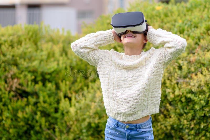 Ragazza teenager con la cuffia avricolare di realtà virtuale immagine stock libera da diritti