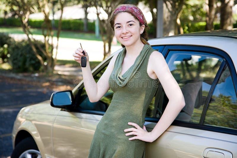 Ragazza teenager con la nuova automobile fotografia stock libera da diritti
