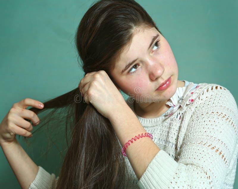 Ragazza teenager con lungamente diritto capelli marroni spessi immagine stock