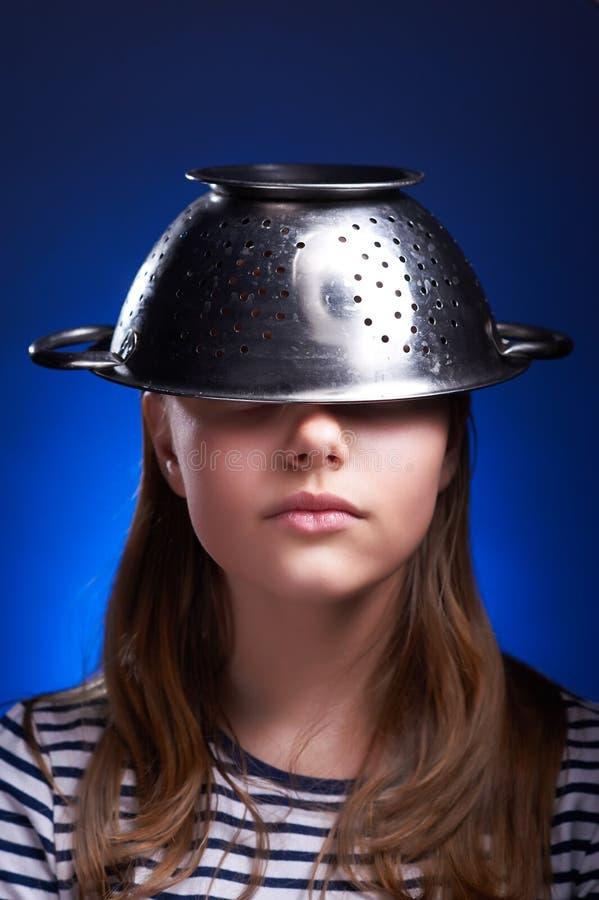 Ragazza teenager con una colapasta sulla sua testa fotografia stock libera da diritti