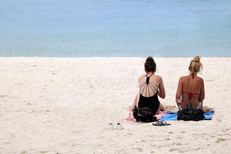 Ragazza teenager dei viaggiatori che si rilassa sulla spiaggia fotografia stock libera da diritti