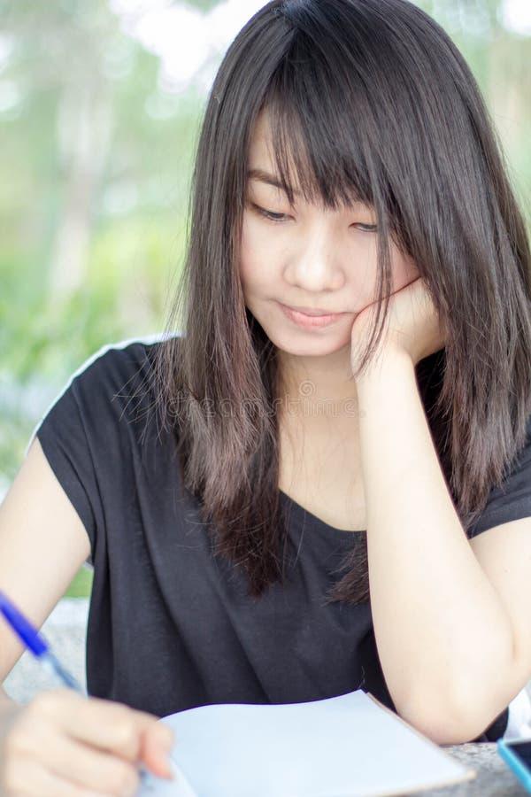 Download Ragazza Teenager Dello Studente Tailandese La Bella Scrive Un Libro Che Si Siede In Parco Fotografia Stock - Immagine di modello, attraente: 55362398