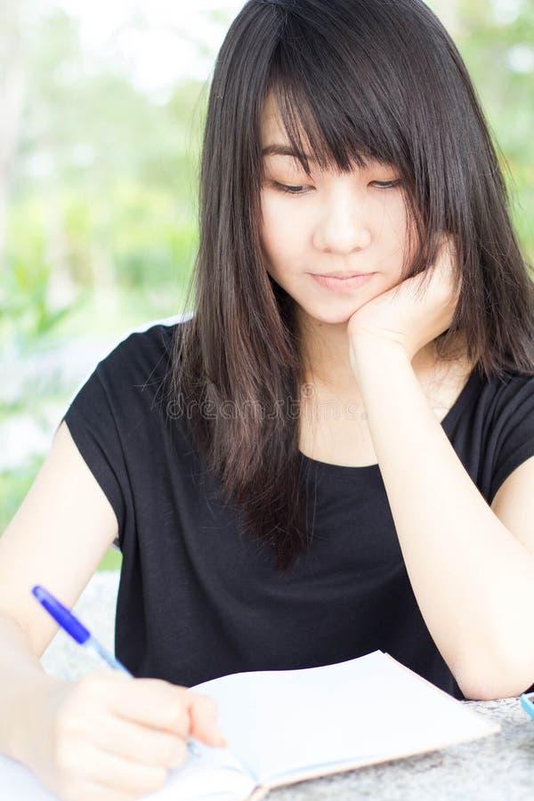 Download Ragazza Teenager Dello Studente Tailandese La Bella Scrive Un Libro Che Si Siede In Parco Fotografia Stock - Immagine di background, nave: 55362426
