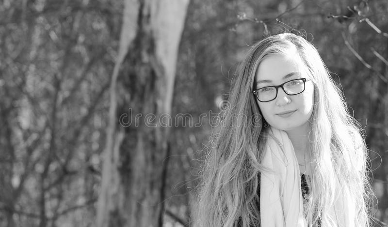 Ragazza teenager di B&W al parco fotografie stock