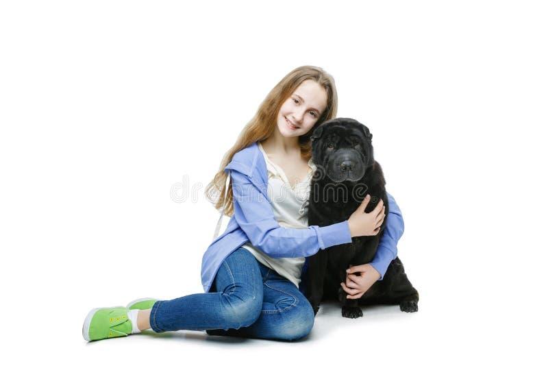 Ragazza teenager di età con il cane immagine stock libera da diritti