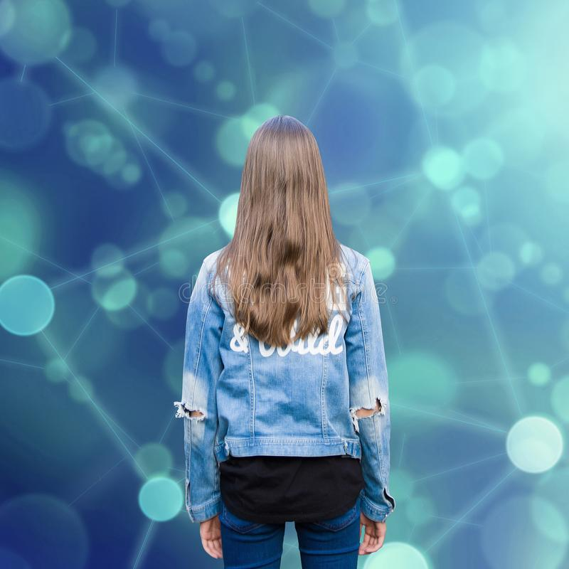 Ragazza teenager e rete sociale dell'adolescente immagini stock