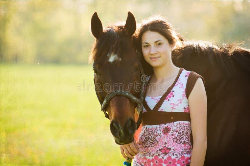Ragazza teenager ed il suo cavallo fotografia stock