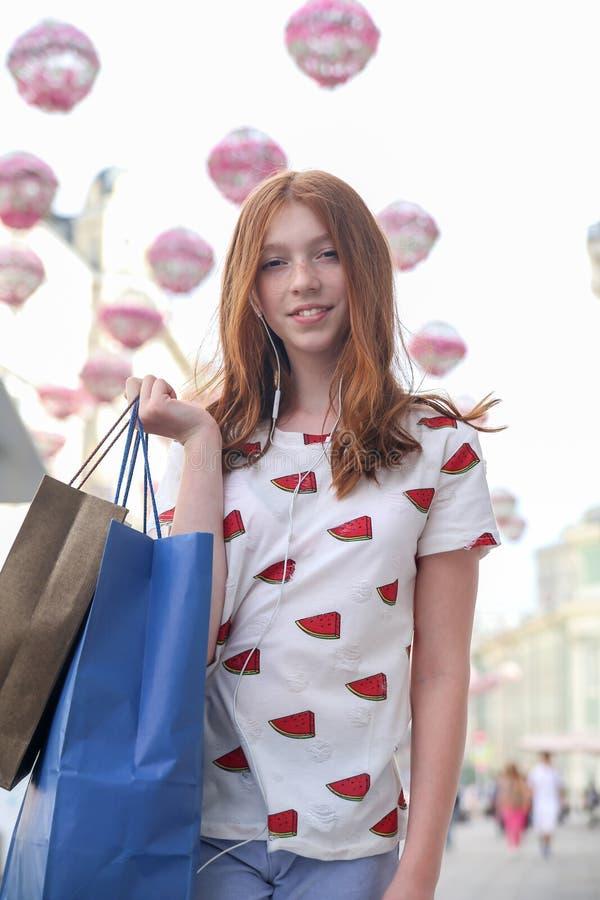 Ragazza teenager felice che cammina giù la via della città fotografia stock libera da diritti