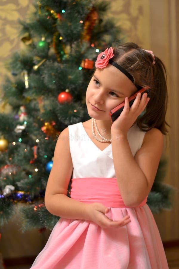 Ragazza teenager felice vicino all'albero di Natale decorato fotografie stock