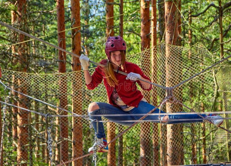 Ragazza teenager in Forest Rope Park Challenge fotografie stock libere da diritti