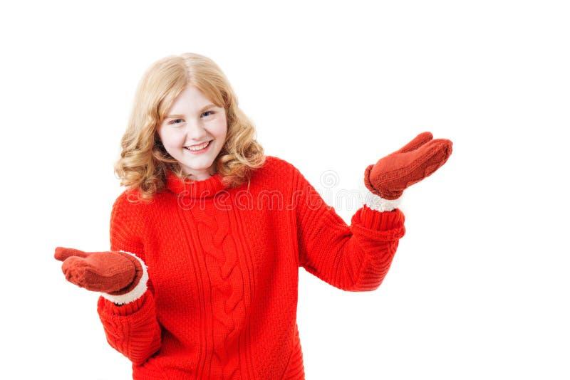Ragazza teenager in maglione rosso su fondo bianco fotografia stock