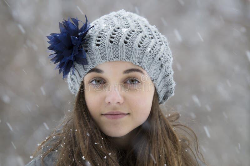 Ragazza teenager nella neve immagine stock libera da diritti