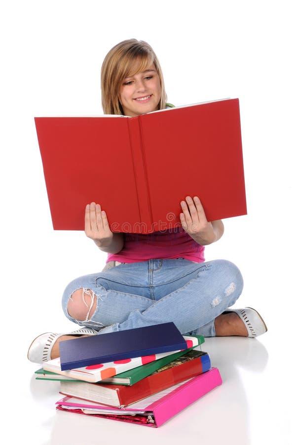 Ragazza teenager Rerading un libro fotografia stock