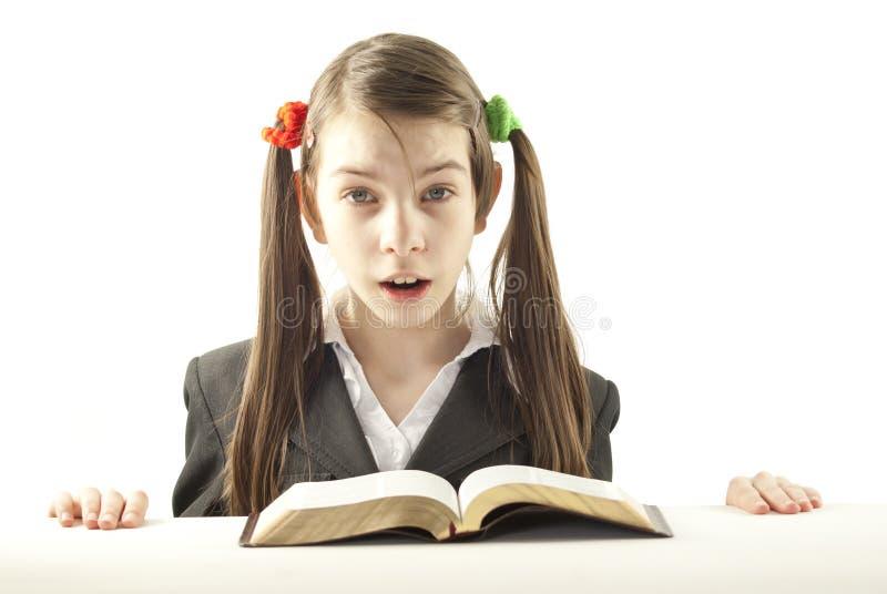 Ragazza teenager sorpresa con la bibbia immagine stock libera da diritti