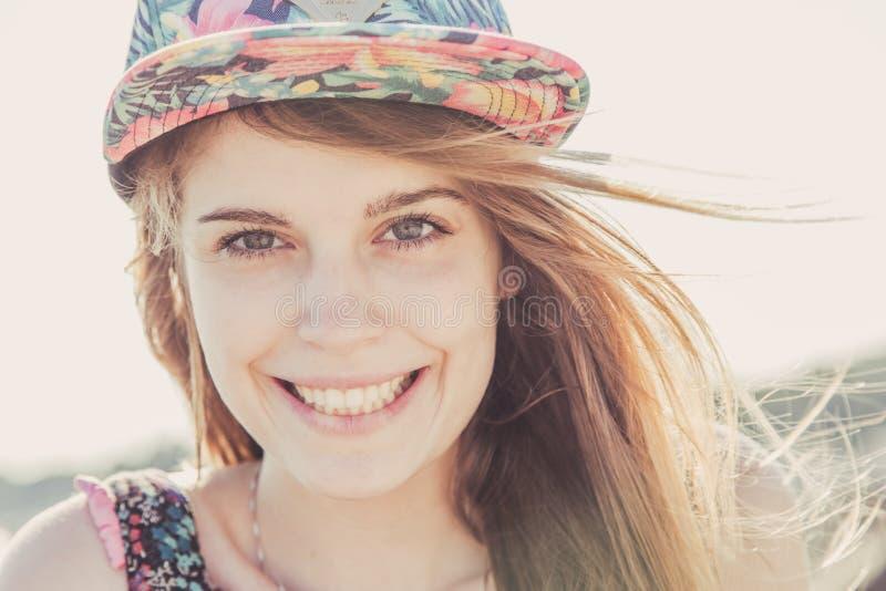 Ragazza teenager sorridente che indossa cappuccio floreale immagine stock libera da diritti