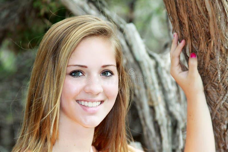 Ragazza teenager sorridente del primo piano immagini stock libere da diritti