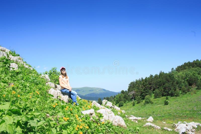 Ragazza teenager su un aumento nelle montagne immagini stock libere da diritti