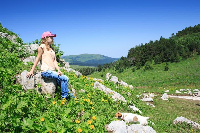 Ragazza teenager su un aumento nelle montagne fotografia stock libera da diritti