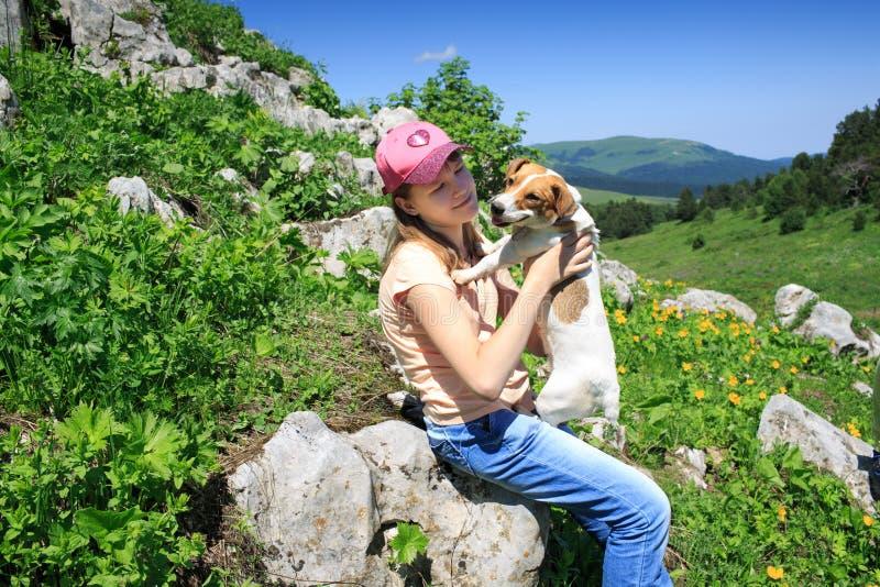 Ragazza teenager su un aumento nelle montagne fotografia stock