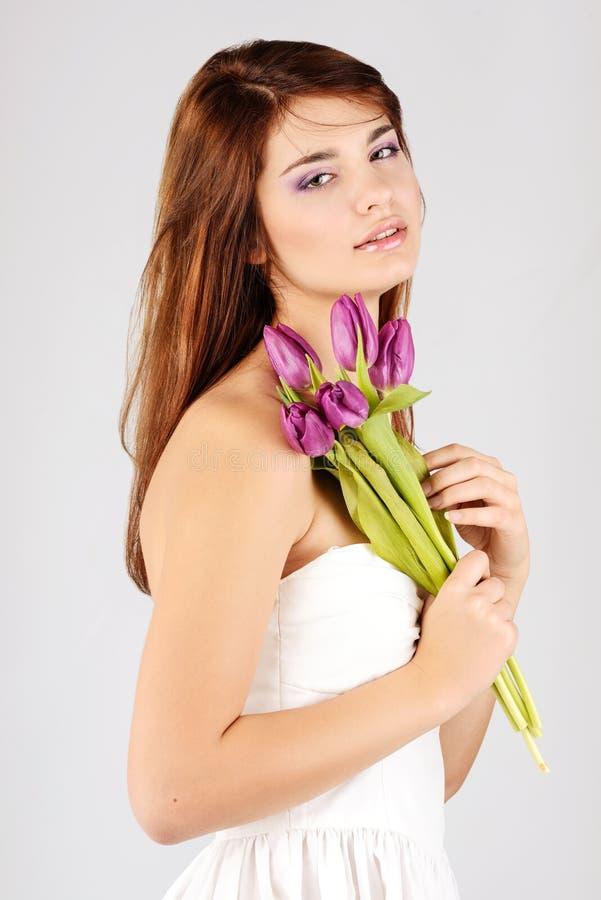 Ragazza tenera con i tulipani fotografie stock