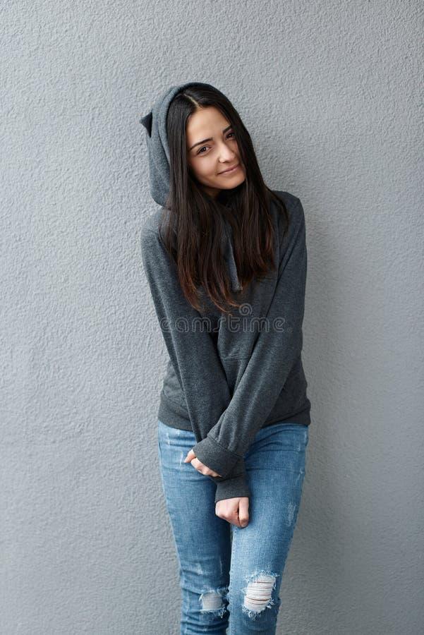 Ragazza timida dell'adolescente che innesta le sue mani fotografia stock libera da diritti