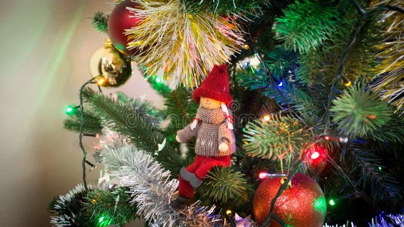 Ragazza Toy Figure su un albero di Natale immagine stock libera da diritti