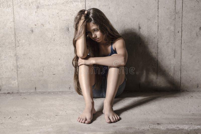 Ragazza triste e sola accanto alla parete fotografia stock libera da diritti