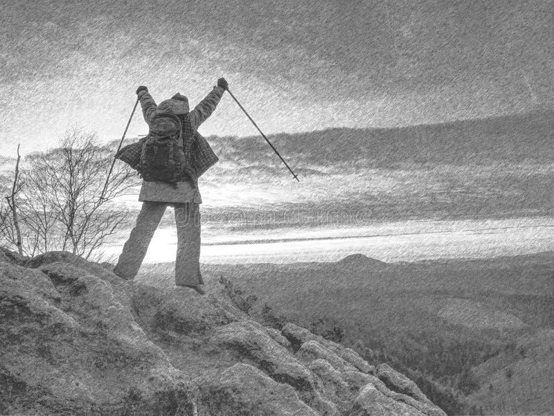 Ragazza turistica bionda esile con i punti dello zaino con i bastoni in aria immagini stock