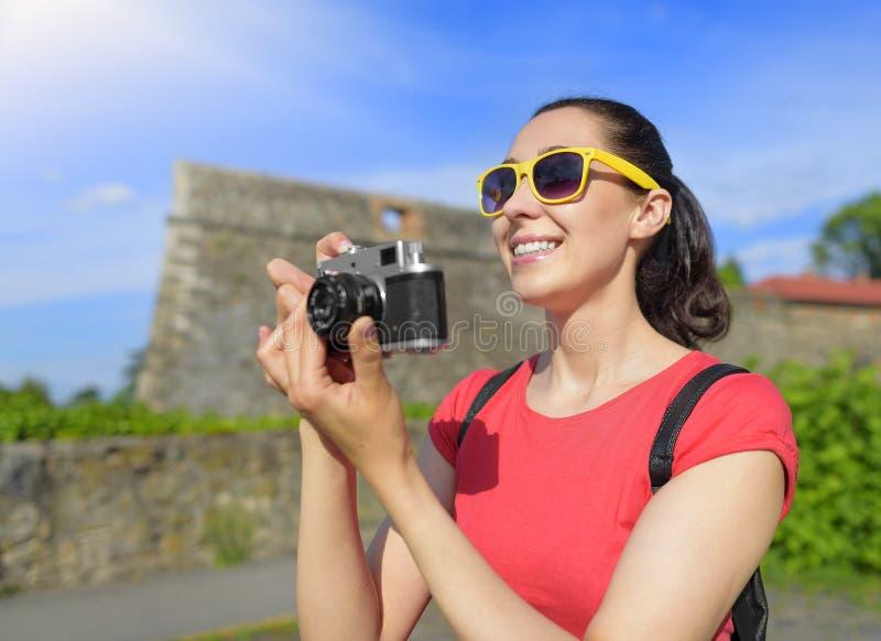 Ragazza turistica che usando macchina fotografica fotografia stock