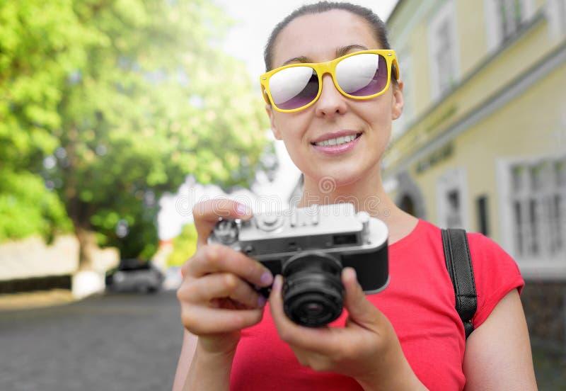 Ragazza turistica che usando macchina fotografica immagine stock