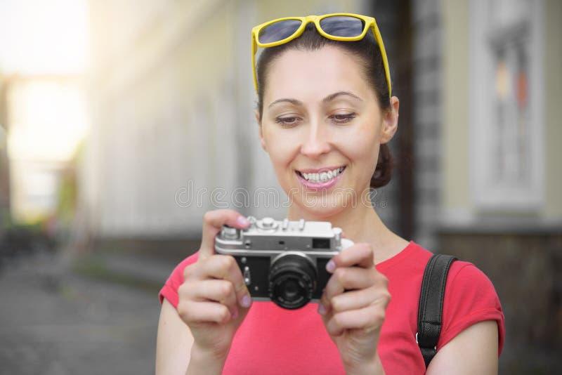Ragazza turistica che usando macchina fotografica immagini stock libere da diritti