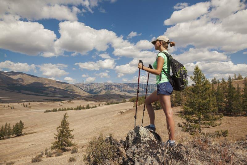 Ragazza turistica felice sulla montagna immagine stock