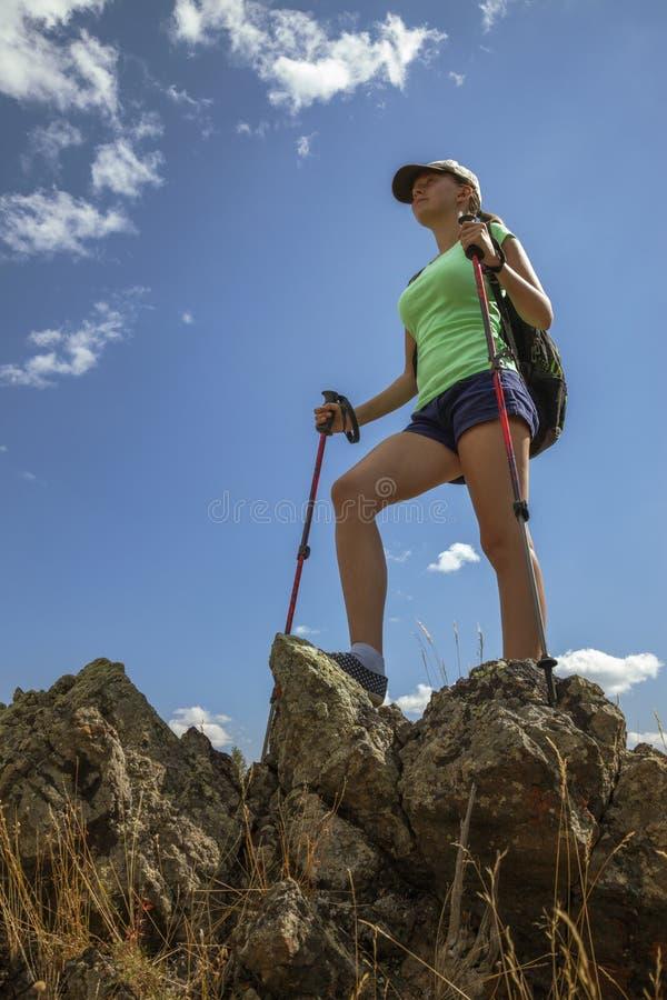 Ragazza turistica felice sulla montagna fotografie stock