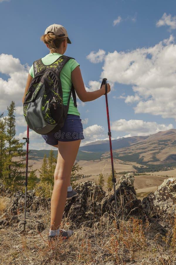 Ragazza turistica felice sulla montagna fotografia stock