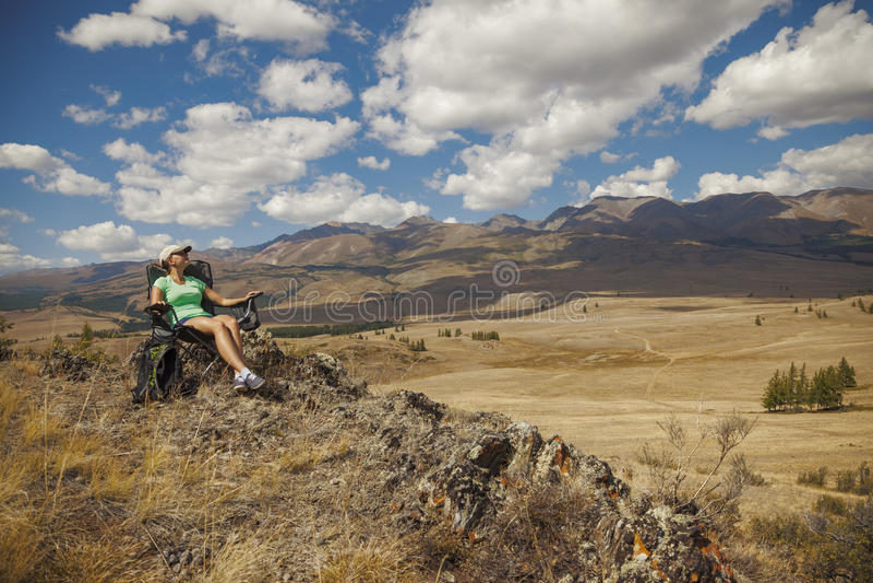Ragazza turistica felice sulla montagna immagini stock libere da diritti