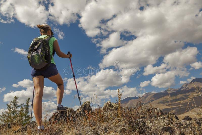 Ragazza turistica felice sulla montagna immagini stock