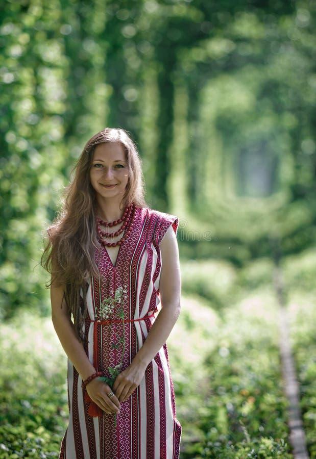 Ragazza ucraina in costume nazionale al naturale fotografia stock