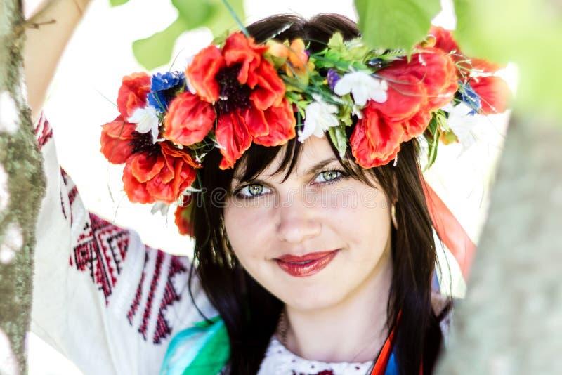 Ragazza ucraina in vestiti nazionali fotografie stock