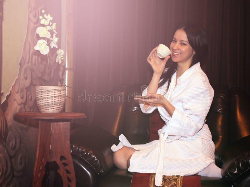 Ragazza in un accappatoio bianco dopo un massaggio alla stazione termale fotografie stock
