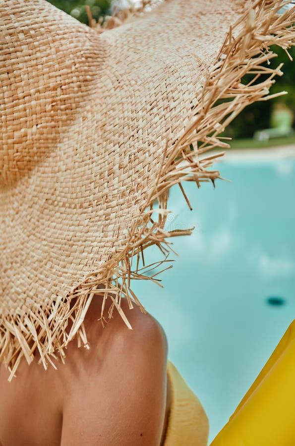 Ragazza in un cappello del sole dopo lo stagno immagini stock libere da diritti