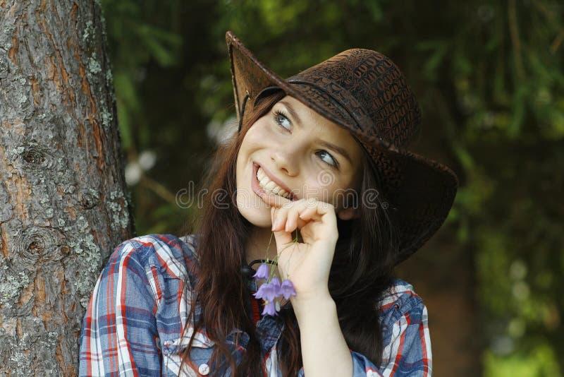Ragazza in un cappello di cowboy fotografie stock libere da diritti