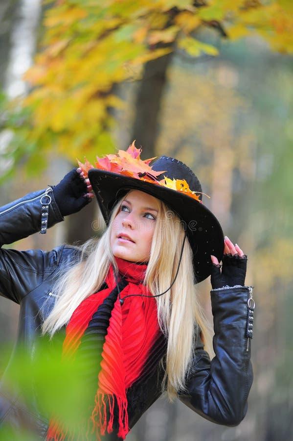 Ragazza in un cappello di cowboy nero fotografia stock libera da diritti
