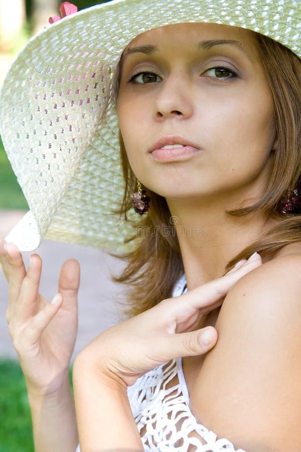 Ragazza in un cappello di paglia fotografia stock