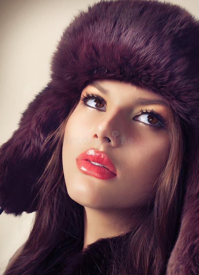 Ragazza in un cappello di pelliccia fotografie stock libere da diritti
