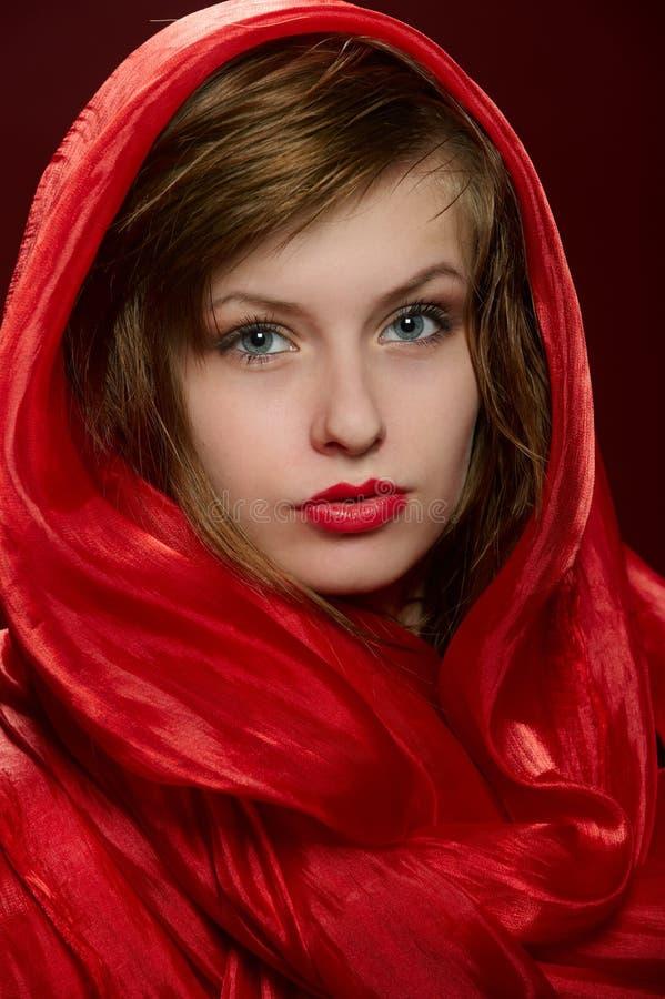 Ragazza in un cappuccio rosso immagine stock