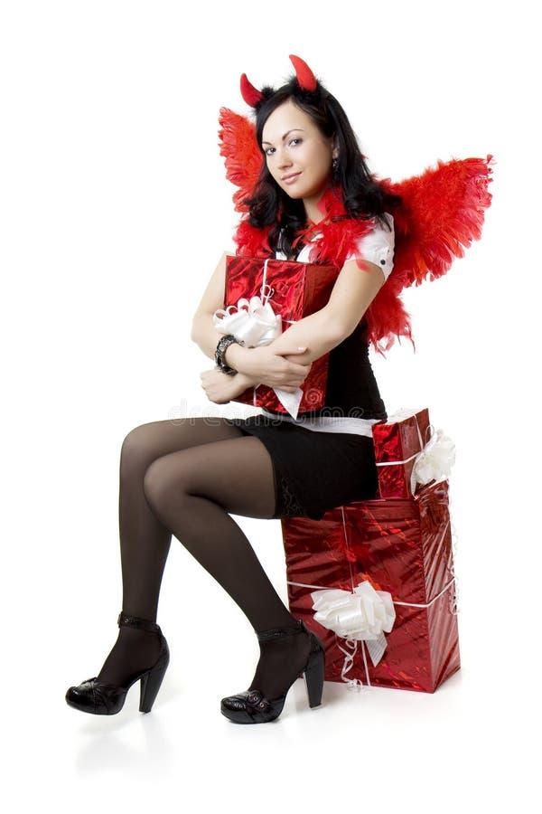 Ragazza in un costume del diavolo con un regalo fotografia stock