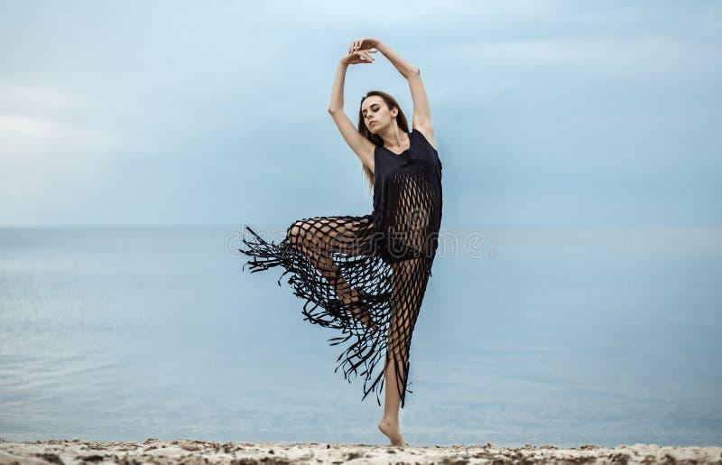 Ragazza in un dancing alla moda del capo blu sui precedenti immagini stock